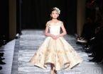 人生赢家!中国9岁童模绣球亮相巴黎时装周